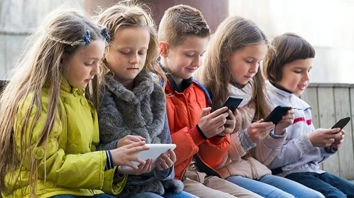 """Результат пошуку зображень за запитом """"школярі з телефонами"""""""